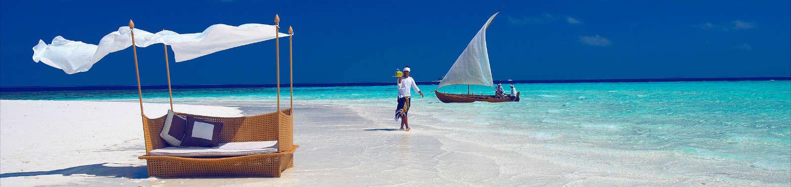 baros-maldives_sandbank-waiter_hr_1